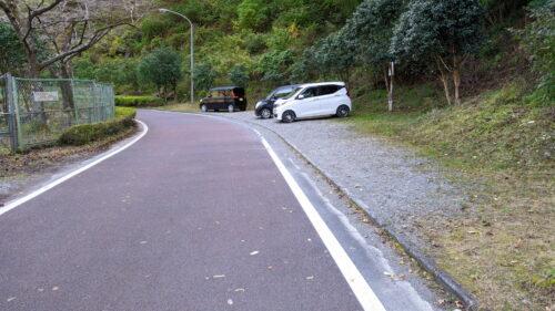 ダム湖周辺の駐車場