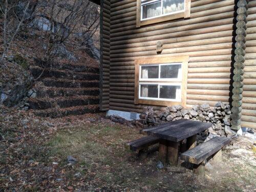 清滝小屋横の休憩スペース