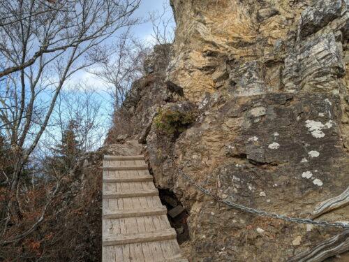 山頂直下の岩場